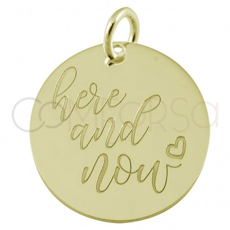 "Colgante chapa ""Here and Now"" 17 mm plata chapada en oro"