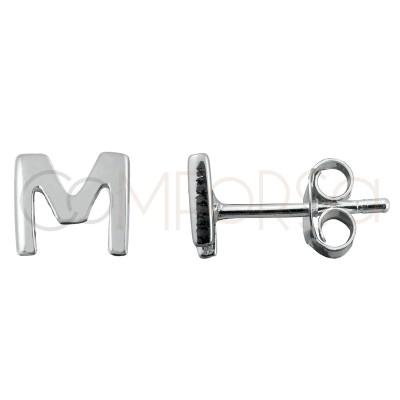 Pendiente mini letra M 4.5 mm plata chapada en oro